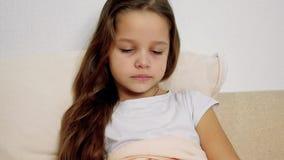 Menina doente com o tecido de papel na cama filme