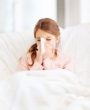 Menina doente com tecido de papel Foto de Stock Royalty Free
