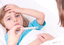 Menina doente na cama fotografia de stock