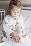 Menina doente no hospital Foto de Stock Royalty Free