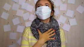 A menina doente nova tosse, senta-se e espera-se para ver um doutor video estoque