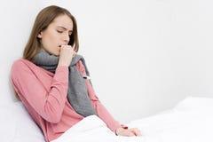 Menina doente que tem a tosse Fotos de Stock