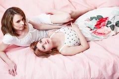 Menina dois bonita em uma cobertura cor-de-rosa Fotografia de Stock Royalty Free