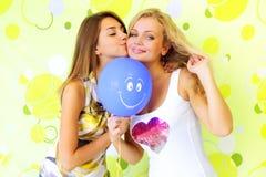 Menina dois com um balão imagens de stock