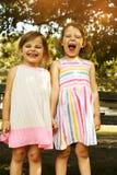 Menina dois engraçada exterior fotografia de stock royalty free