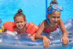 Menina dois na piscina fotos de stock royalty free