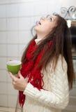 A menina dos frios gargareja sua garganta Foto de Stock Royalty Free