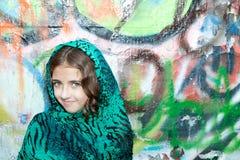 Menina dos grafittis com Tiger Scarf verde foto de stock royalty free