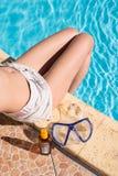 menina dos pés do banho de sol na associação Foto de Stock