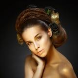 Menina dourada com um corte de cabelo à moda. fotografia de stock royalty free