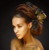 Menina dourada com um corte de cabelo à moda. fotografia de stock