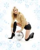 Menina dourada do revestimento com esfera do disco Foto de Stock Royalty Free