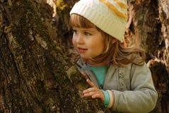 Menina e árvore velha Fotos de Stock Royalty Free