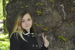 Menina e árvore velha grande Fotos de Stock Royalty Free