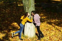Menina e amantes farpados do indivíduo ou os felizes no beijo da data Fotografia de Stock Royalty Free