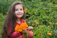 A menina e as flores Fotografia de Stock Royalty Free