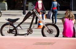 A menina e a bicicleta Foto de Stock Royalty Free