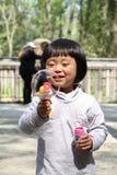 Menina e bolhas Imagem de Stock