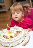 Menina e bolo de aniversário Fotos de Stock