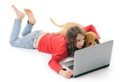 Menina e cão com caderno Imagem de Stock Royalty Free