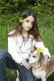 Menina e cão na natureza Imagem de Stock