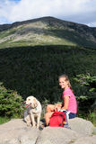 Menina e cão nas montanhas Imagens de Stock