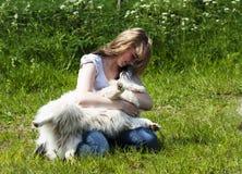 Menina e cão - relacionamento loving Fotografia de Stock Royalty Free