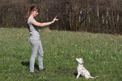 Menina e cachorrinho Fotos de Stock