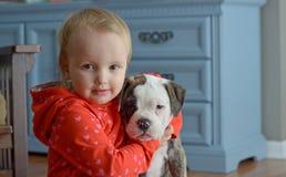 Menina e cachorrinho imagens de stock
