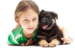 Menina e cachorrinho bonitos no backg branco Fotografia de Stock