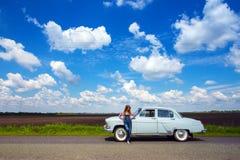 Menina e carro retro foto de stock royalty free