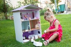 menina e casa de boneca Fotos de Stock