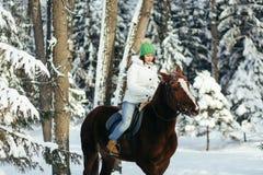 Menina e cavalo bonitos no inverno Foto de Stock