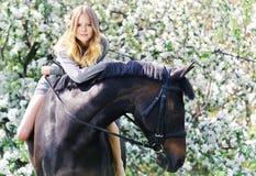 Menina e cavalo bonitos no jardim da mola Fotos de Stock Royalty Free