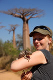 Menina e chameleon Fotos de Stock