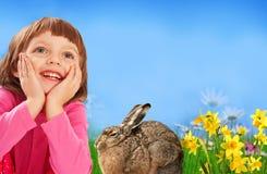 Menina e coelho de easter fotografia de stock