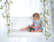 Menina e coelho doces no balanço fotos de stock
