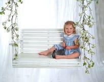 Menina e coelho felizes no balanço fotografia de stock royalty free