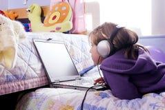 Menina e computador pequenos Foto de Stock Royalty Free