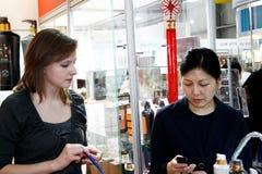 Menina e cosméticos asiáticos dos sells da mulher foto de stock royalty free