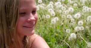 Menina e dentes-de-leão de sorriso video estoque