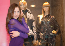 Menina e dois mannequins Fotos de Stock Royalty Free