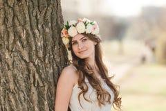 Menina e e árvore Imagens de Stock Royalty Free