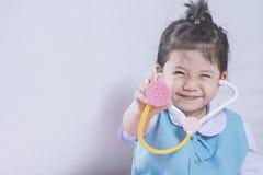 Menina e estetoscópio asiáticos pequenos Imagem de Stock