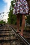 Menina e estrada da estrada de ferro Fotografia de Stock Royalty Free