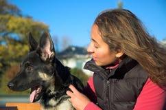 Menina e filhote de cachorro imagem de stock royalty free