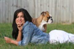 Menina e filhote de cachorro Foto de Stock