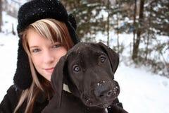 Menina e filhote de cachorro bonitos imagens de stock