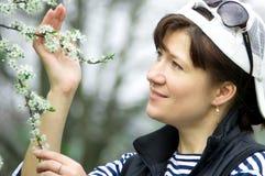 Menina e flor de cerejeira Fotografia de Stock