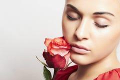 Menina e flor. mulher bonita em dress.close-up vermelho Imagens de Stock Royalty Free